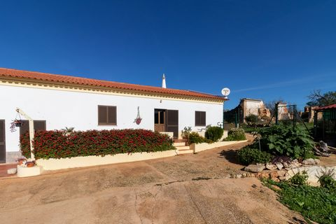 Property with 62,040 m2 of land and villa with several annexes. This property consists of a part of the flat land, where is located a hole that has a water run of 18,000 l/h. Another part of the land is on a hillside. The villa has been renovated and...