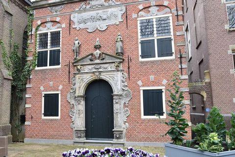 Klein Weeshuis in Enkhuizen stamt uit 1600 en heeft een rijke geschiedenis. Het gebouw heeft vele unieke details en staat op de lijst van rijksmonumenten. Het pand is in 2018 gerenoveerd op een manier waardoor alle charme bewaard is gebleven maar het...