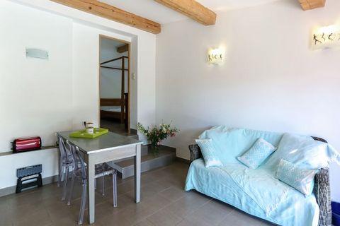 Cette maison de vacances est située à seulement 3 km de la plage et à 10 km de la célèbre ville de Saint-Tropez. La maison de vacances repose dans un hameau paisible situé exactement entre le village de Grimaud et le petit port de Port-Grimaud. L'hab...