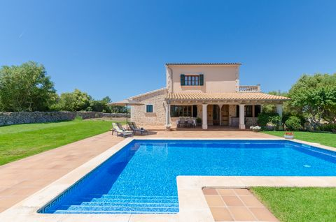 Welcome to this fantastic villa, with private pool and accommodation for 6 guests, on the outskirts of Lloret de Vistalegre. The exteriors of this amazing country house are so beautiful. In front of a two-storey precious construction, there you have ...