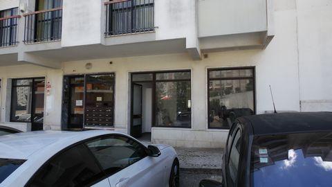 Loja ampla 95,45m2, 2 janelas, uma delas com varanda, montra, 2 casas de banho. Zona da Serra das Minas, perto do restaurante O Beirão e do Lidl. (ref:1747-01501)