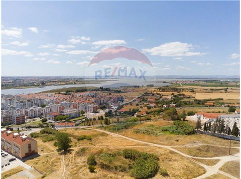 Terreno para construção com grande potencialidade, situado na localidade da Moita, junto à auto-estrada e fácil acesso à Ponte Vasco da Gama. O terreno tem localização privilegiada, a cerca de 600 metros da da Praça de Touros, com um deslumbrante vis...