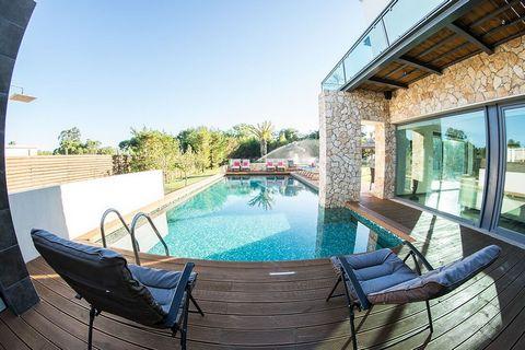 Fantastische villa T7 van hedendaagse architectuur in Soltroia Comporta, op 30 meter van het strand. Het huis met 3 verdiepingen ligt op een steenworp afstand van het strand en wordt bediend met een 4-manslift en heeft 7 suites. Grote kamer, eetkamer...