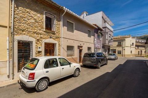 This stunningly beautiful classic Spanish townhouse for sale is in the centre of the popular town of Jalon. The property has been lovingly and tastefully restored to make it a very clean, neat and perfect example of a classic Spanish Townhouse whilst...
