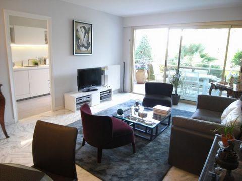 Cannes Montrose, situé dans une résidence de standing nichée dans la verdure, superbe 2P de 64m² traversant prolongé par deux terrasses de 13 et 6m².