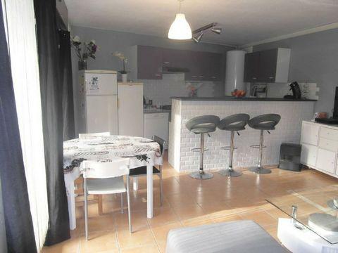 Bagnols Sur-Ceze (30) proche centre ville appartement de 4 pièces type 4 (T4 ) en rez de chaussée avec terrasse 14 m2 et jardin 50m2. Séjour avec coin cuisine séparé par un comptoir , 3 chambres , wc, salle de bain chauffage électrique. Garage fermé ...