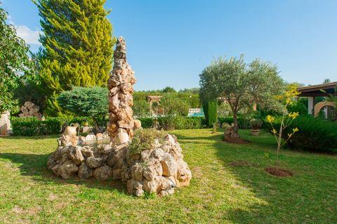 Bonita y rústica casa con piscina y jardín en Crestatx, en el norte de Mallorca, a 15 minutos en coche de la playa y con capacidad para 4 huéspedes. La casa, de planta baja y 110 m2, tiene 3 dormitorios y es ideal para parejas con niños o pequeños gr...
