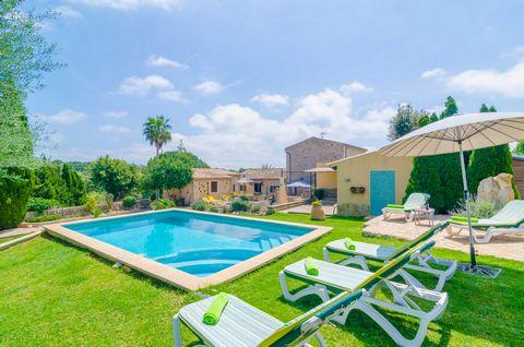 Envuelta en los verdes campos de Artà, esta encantadora casa con piscina privada y jardín invita a 5 personas a pasar vacaciones tranquilas. En esta finca, nuestros huéspedes pueden disfrutar de un trocito idílico de Mallorca, a solo 12 km de la play...