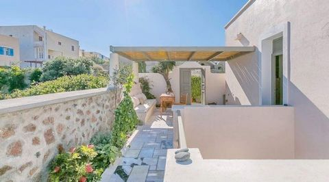 A beautiful Old captain's home turned into a luxury villa, right in the heart of OIA,a few steps from the Caldera and within seconds to most of the shops and main path walks it's a true gem for those who wish to feel the essence of the Greek living! ...