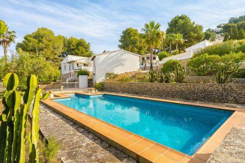 Villa en Moraira (Costa Blanca) con piscina privada, gran parcela y solo 500m de todos los servicios. Esta propiedad se encuentra a 500 m de supermercado Aldi, 4km playa de la ampolla y del centro de Moraira. El aeropuerto de Alicante a 100 km. La vi...