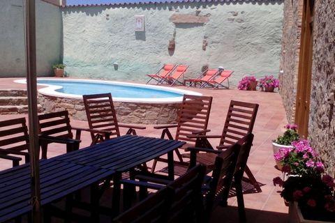 Cal Canela es una finca rural con alojamiento con capacidad hasta 16 personas, ideal para grupos de amigos o familias que quieran hacer un encuentro, una celebración o simplemente disfrutar de unos días de descanso en un espacio solitario y tranquilo...