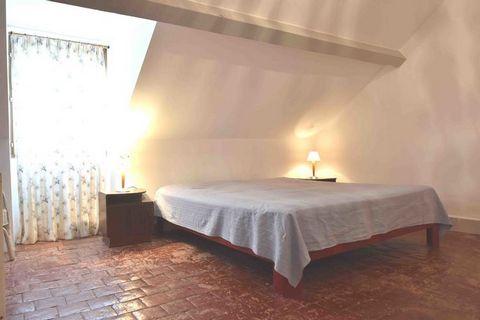 Cette grande maison de vacances chaleureuse et rustique se trouve dans le hameau de La Roche à 1,5 km environ du village de Gâcogne. Les propriétaires néerlandais ont aménagé cette ancienne ferme de manière chaleureuse : confortable avec des meubles ...