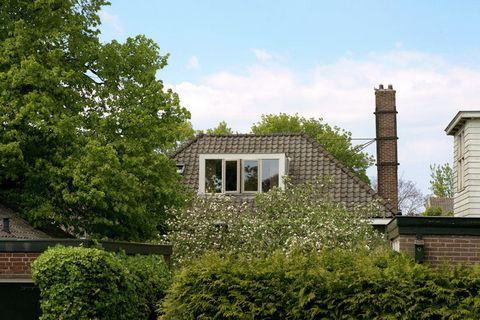 Dit vakantiehuis ligt in het centrum van het Noord-Hollandse Schagen. Op de begane grond is de gezellige woon- en eetkamer te vinden. Ook zijn hier de 1e slaapkamer en de aansluitende badkamer gesitueerd. Op de 1e etage bevinden zich de overige 2 sla...
