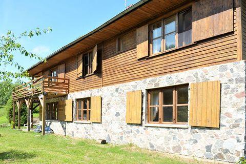 Komfortowy dom malowniczo położony nad niewielką rzeczką w otoczeniu lasów i łąk i tylko 3 km od leżącej nad morzem Białogóry. Dom zbudowany jest na skarpie i dzieli się na 2 poziomy: Górny poziom, drewniany, mieści przestronny salon z kozą opalaną d...