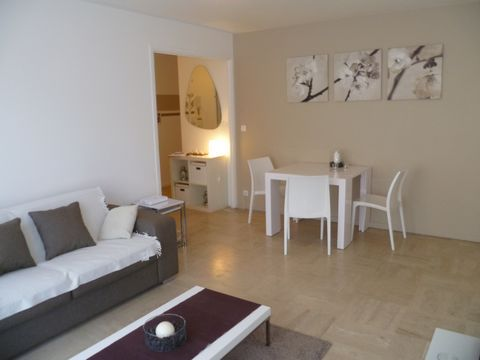 Beautiful recently renovated 1 bedroom apartment situated a few steps away from the famous Croisette and Palais des Festivals. It is composed as follows: - living room with sofa bed and tv - fully furnished kitchen - bedroom with 2 single beds - bath...