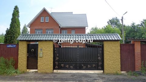 Cottage 552 m (brick) on a plot of 13 cells., 5 km to the city to rent a 3- storey house. The price for the New Year holidays from December 31 to January 2 110 000 rubles to 15 people. Address: Moscow region, Khimki city district, Leningrad sh., 5 km...
