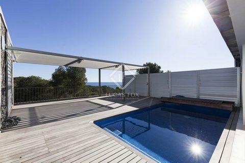 Este encantador piso dúplex está en venta en un prestigioso complejo en Casas del Mar, con seguridad las 24 horas, un precioso jardín comunitario con una piscina grande y espectaculares vistas al mar. No hay otros edificios delante de la vivienda, ta...