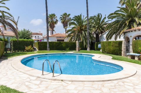 Welcome to this beautiful house for 4 people with garden, shared pool and at only 170 metres away from Oliva Nova beach. The private exteriors of this fantastic house are simply ideal. A beautiful corner in the open air, surrounded by a lawn area and...