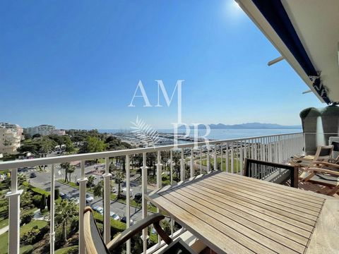 Amanda Properties proposes you this magnificent 3 rooms apartment of 96sqm located in a luxury residence on the Croisette in front of the port Canto The flat is composed of an entrance hall, a double living room with lounge and dining room opening on...