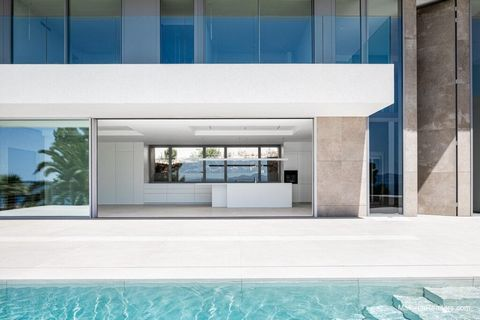 A lookout over the sea: that would be the only way to describe this property with its spacious sunlit rooms. The main floor comprises: a large living room, a dining room and a kitchen with views of and direct access to the terrace and the swimming po...