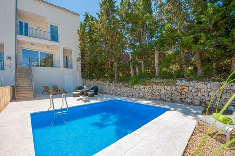 Welcome to this modern semi-dattached house, with private pool and capacity for 6 guests, located in Maria de la Salut. The exterior areas are very nice. There is a fantastic furnished terrace, that leads you to a lovely patio that has a chlorine pri...