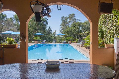 Cette villa caractéristique et imposante se trouve à environ 1 km de la charmante station balnéaire de Fréjus et à environ 3 km de la mer Méditerranéenne. La villa est entourée dun superbe et grand jardin méditerranéen. Il y a plusieurs terrasses, do...