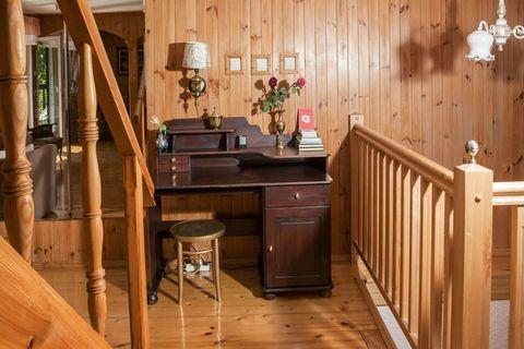 Duży dom, przepięknie położony w otoczeniu Kaszubskiego Parku Krajobrazowego. Idealny na wypoczynek grupy znajomych lub rodziny do 12 osób. Część wspólna to zlokalizowany na piętrze przestronny salon z kominkiem, kompletem mebli wypoczynkowych, TV. Z...