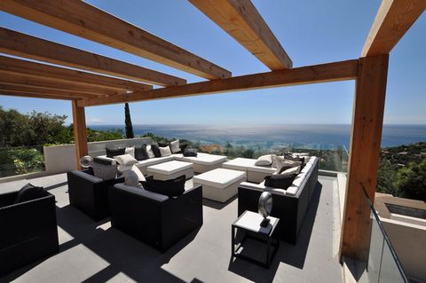 Villa for sale in Les Issambres. Beautiful villa which offers luxury and comfort! The villa on three levels has five bedrooms, all with their own modern bathroom, air conditioning, flat screen TV and built-in closet with safe. The master bedroom offe...