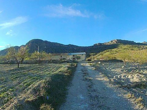 Una casa cortijo con terreno en venta en la zona superior de Saliente Alto, aquí en el norte de la provincia de Almería. La casa de campo se encuentra en una ubicación bastante remota con acceso de una pista rural, pero esta a poca distancia en coche...