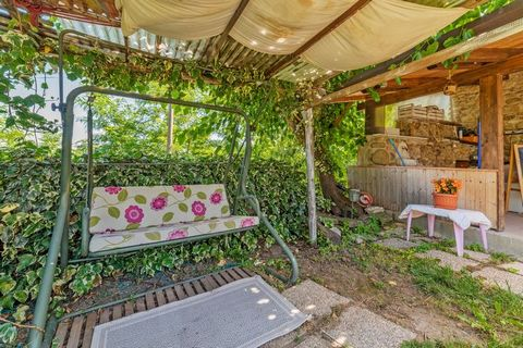 This comfortable holiday home in Sant'Angelo a Cupolo is ideal for a family or a group, far from the madding crowd. Located on the right bank of the river Sabato, it comes with a private, partially-fenced furnished garden for having a gala time and b...