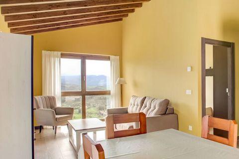 El Texu se encuentra en una casa rural y tiene impresionantes vistas a los Picos de Europa, al prado y a la Valle. Es de piedra y madera y tiene todas las comodidades de la vida moderna. La decoración y el mobiliario presentan un ambiente acogedor. E...