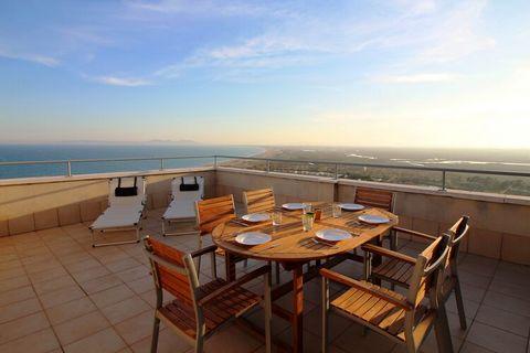 El apartamento en Empuriabrava tiene 2 dormitorios y capacidad para 6 personas, ubicado justo al lado de la playa. Tiene vistas al mar y a la montaña. El apartamento es acogedor, tiene una cocina totalmente equipada y tiene 56 m². El establecimiento ...