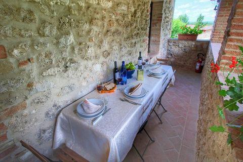 Questo agriturismo è a Colle di Val d'Elsa, in un borgo medievale proprio nella zona delle colline del Chianti. Il borgo è formato da varie case rustiche e un giardino. La piscina è circondata da un solarium e da un prato con gelsi, pini, querce e ci...
