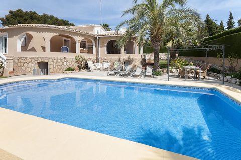 Elegante chalet con piscina privada en Jávea, a 6 km de la playa del Arenal y con mucho espacio para 6 huéspedes. Después de un largo día en la playa es una maravilla darse un baño refrescante en la piscina privada de cloro. Con un tamaño de 9 x 5 me...