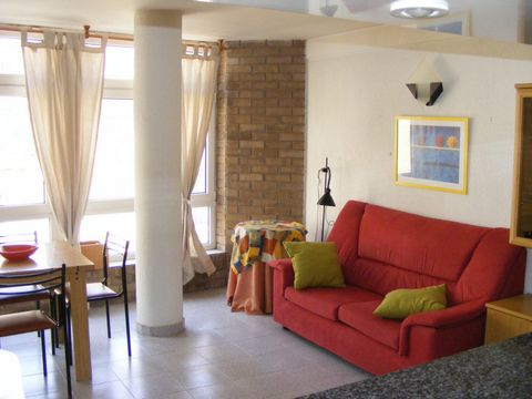 Comfortable apartment with a capacity for 4 people. It is located in the center of Roses, near there are all kinds of shops and restaurants where you can enjoy the best fresh fish and seafood from the Roses bay. The sandy beach is just 100 meters and...