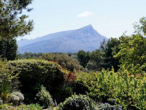 Location vacances villa piscine Aix en Provence. Belle maison située dans un quartier calme et résidentiel dans un environnent de verdure à seulement 5 mn du centre ville d'Aix en Provence. Cette propriété bénéficie d'un beau jardin paysagé comprenan...