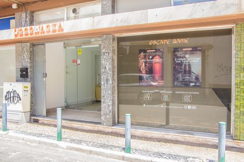 Shop located in the city of Faro with 154 m2. Space licensed for trade and in open space, all divisions are in pladur, and as such easy removal. Right foot with 3.5 m and two bathrooms. Great investment for business or monetize. Energy rating B. (ref...