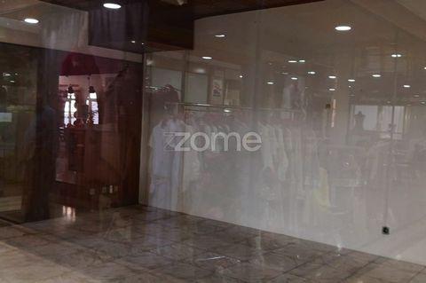 Loja, destinada a comércio, inserida em centro comercial situado no centro da Parede, com elevada movimentação pedonal na envolvente e centro comercial com maioria das lojas a funcionar normalmente. Com bons acessos e comércio/serviços na envolvente....