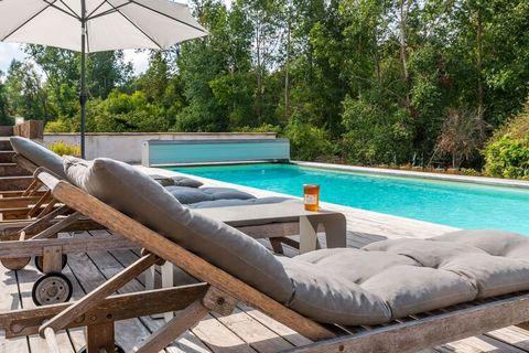 Dans une vieille fermette traditionnelle rénovée de 2010 à 2015 profitez de la tranquillité sans voisins au cœur de la campagne. La piscine de 11m x 4m, chauffée à 26 degrés en été, très bien exposée. La maison donnant sur la piscine comprend 3 pièce...