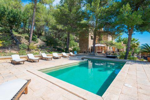 Situado en el valle de Alaró, en los pies de la Sierra de Tramuntana, esta encantadora finca de piedra con piscina privada ofrece hospedaje a 8 personas. La piscina de sal, de 8m x 4m y una profundidad de 1.4m está a sola disposición de nuestros hués...