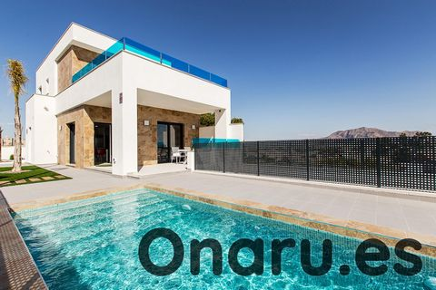 Esta villa de lujo en Bigastro forma parte de un pequeño desarrollo de villas independientes a 50 minutos en coche del aeropuerto de Alicante y del aeropuerto regional de Murcia. Estas impresionantes villas ofrecen 3 dormitorios con armarios empotrad...