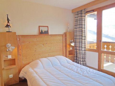 La résidence le Boulier est située aux Coches, à 150 m des pistes et 200 m des remontées mécaniques. Les commerces et l'école de ski se trouvent à 900 m. Cette résidence vous offre une vue dégagée sur le Mont Blanc. Superficie d'environ 50 m². 3ème é...