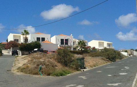 Lote de terreno na Ilha do Porto Santo, terreno ideal para construir moradia com boas áreas, vista bela sobre a Mar Oceano Atlântico, lugar calmo e com pouca construção a volta. Contacte-nos!
