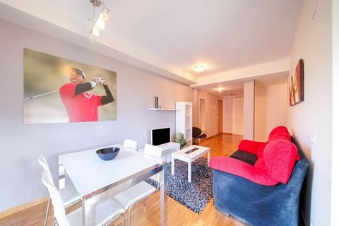 Apartamento idealmente ubicado junto al campo de Golf Rioja Alta. Dispone de capacidad para 4 pax, con 2 dormitorios dobles, cocina, salón, servicios y zonas comunes. En la zona del jardín comunitario hay 2 piscinas exteriores, 1 piscina es para niño...