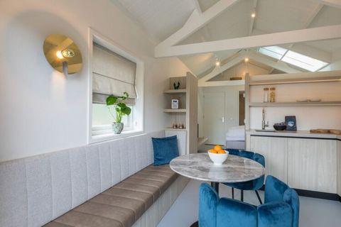 Beschrijving Schitterend vakantiehuisje op een toplocatie in Domburg. Vakantie vieren in alle luxe en comfort. Dat kan hier! Op deze rustige plek in een groen deel van Domburg, maar toch op 3 minuten van het centrum. De woonkamer is voorzien van een ...